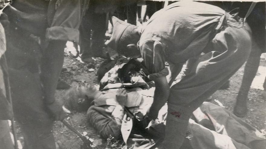 Fuerzas fascistas registran a un fusilado en Badajoz.