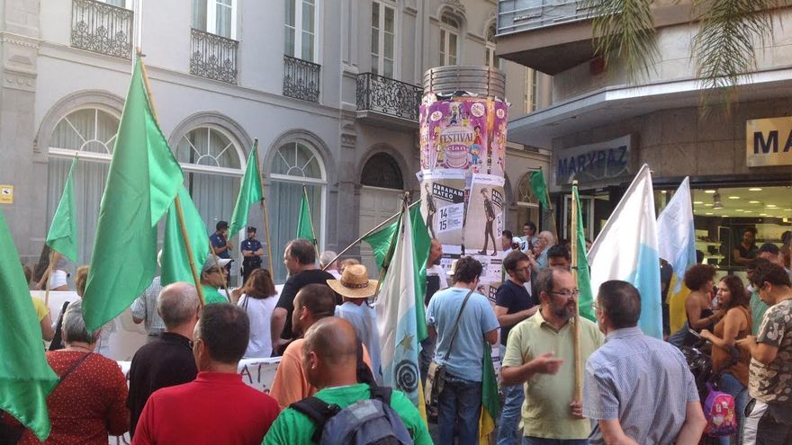 """Concentración por una """"Canarias más sostenible"""", este martes por la tarde en Santa Cruz."""