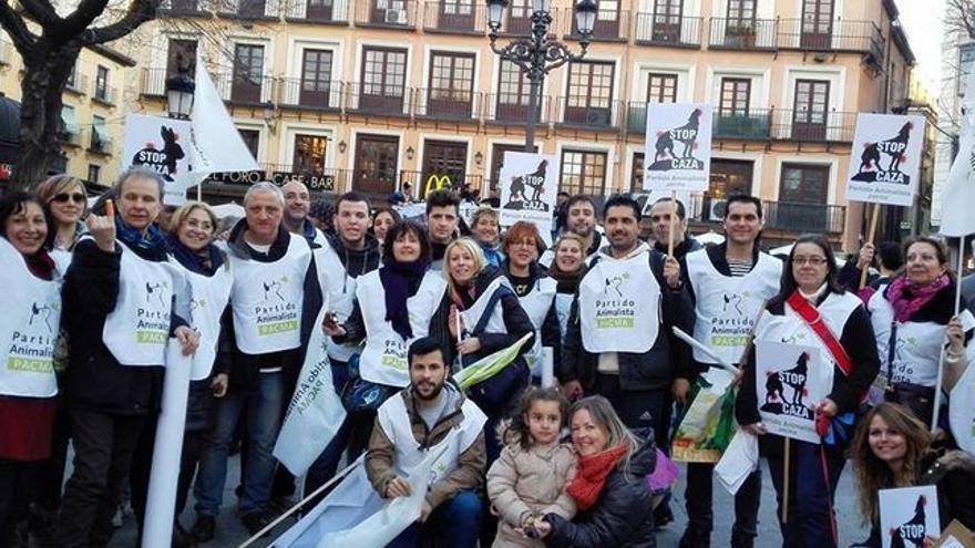 Miembros de PACMA en la manifestación contra la Ley de Caza de Castilla-La Mancha