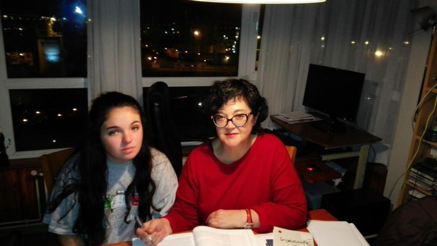 Marieta y su madre, Helena, se enfrentan a los deberes.
