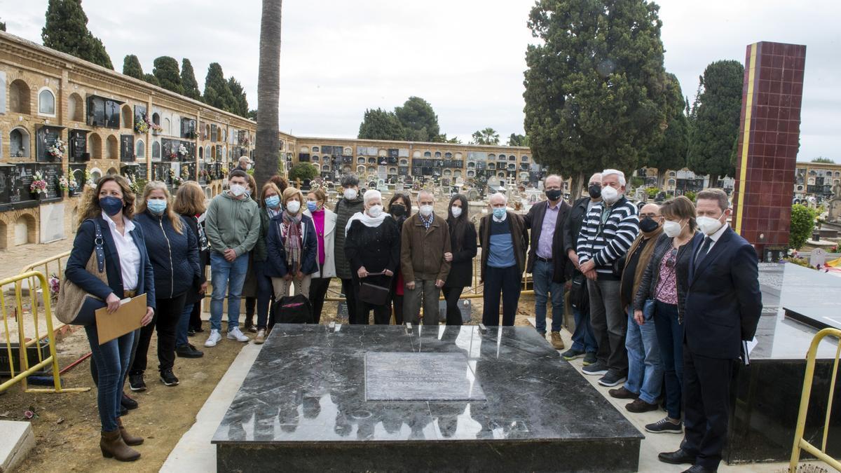 Los familiares de los fusilados, ante la fosa 114 de Paterna.
