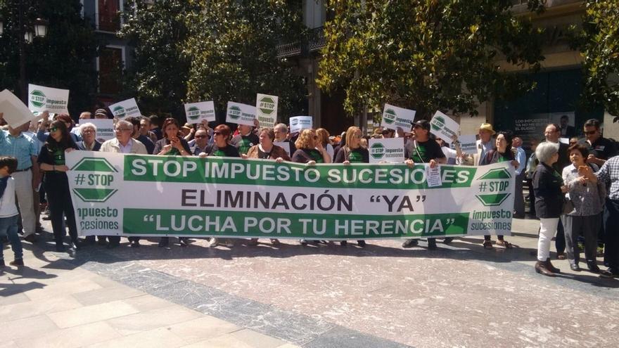 """Stop Impuesto Sucesiones se manifiesta en Granada en su camino """"al TC y al Parlamento Europeo"""" contra el tributo"""