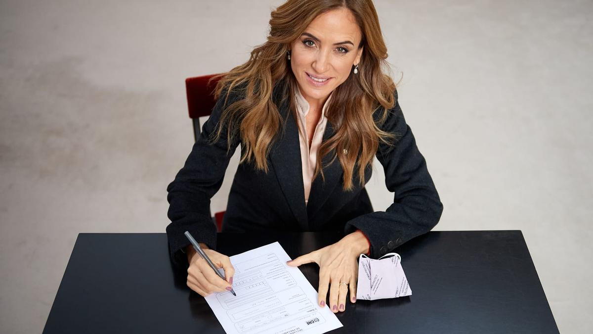 Victoria Tolosa Paz firma el acta de inscripción como precandidata