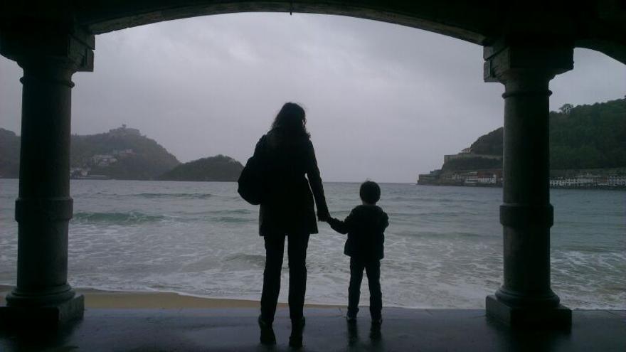 Una madre soltera con su hijo en la playa