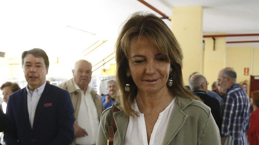 Lourdes Cavero, esposa de Ignacio González, vota para las elecciones del 24M en el Colegio Bernardette, en Aravaca. EFE