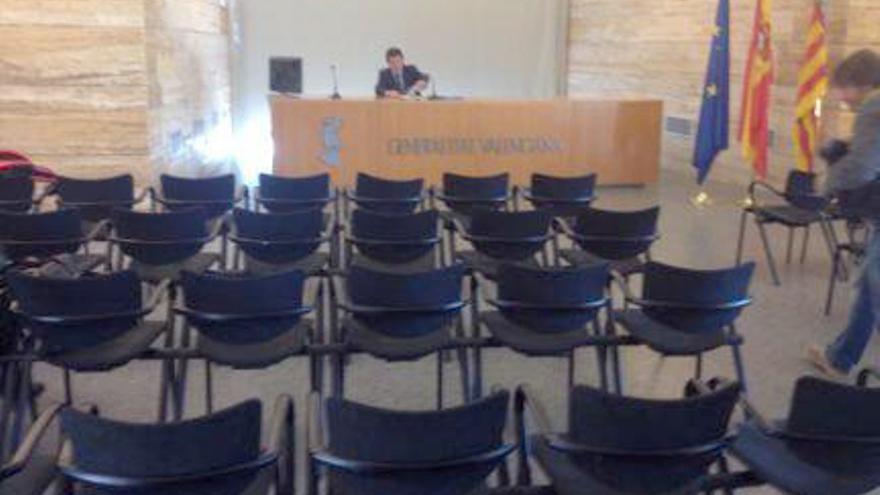 Los periodistas plantan al vicepresidente del Consell, José Císcar, en la rueda de prensa del Consell/@joseccuellar