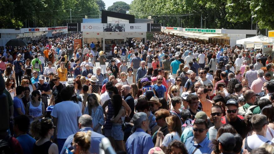 Miles de personas acuden a la 78ª Feria del Libro que se celebra en el Parque del Retiro de Madrid.