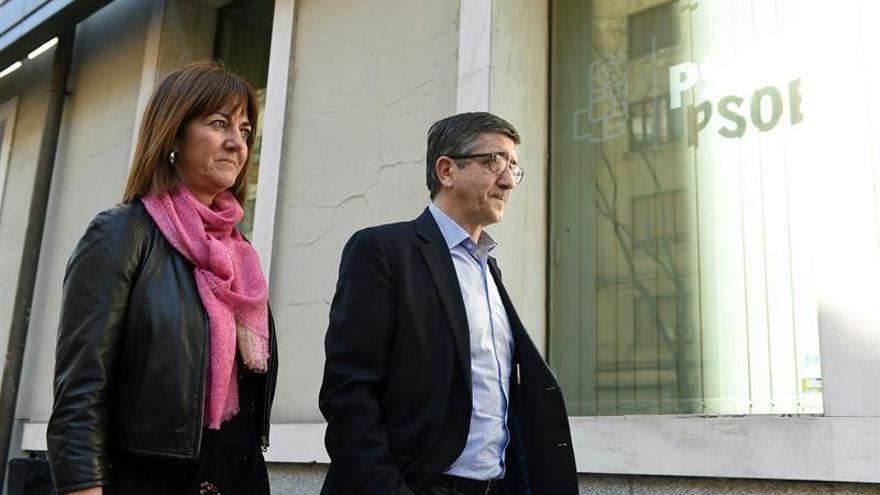 Los socialistas vascos eligen 18 delegados afines a López y 12 a Sánchez