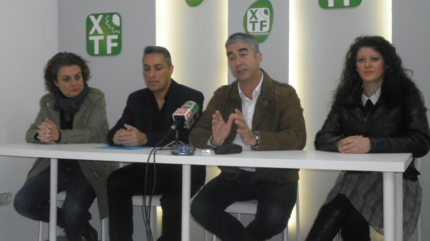 Rodolfo León, junto a los exconcejales del PSOE, Moisés González y Ana Díaz, y la secretaria de organización de XTF, Pilar Rodríguez (i).