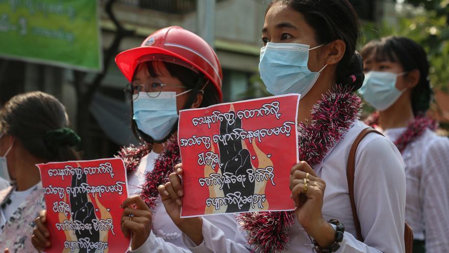 Acusan a la junta birmana de extorsionar a soldados para evitar deserciones