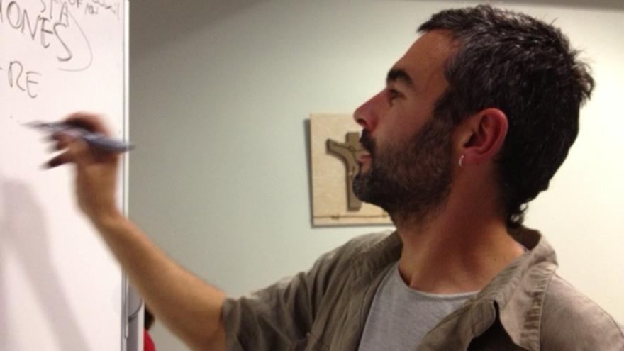 El divulgador Toni Lodeiro durante un taller celebrado en Vitoria.