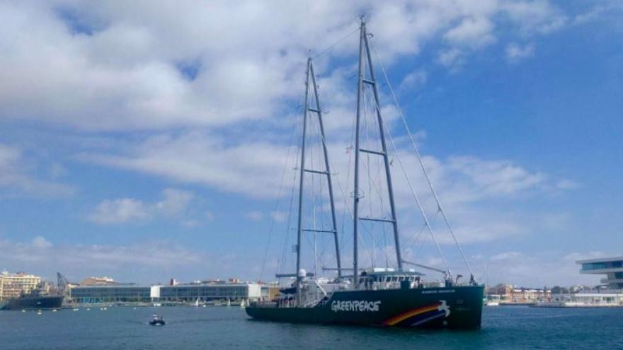 El Rainbow Warrior de Greenpeace permanecerá en la Marina de Valencia hasta el sábado