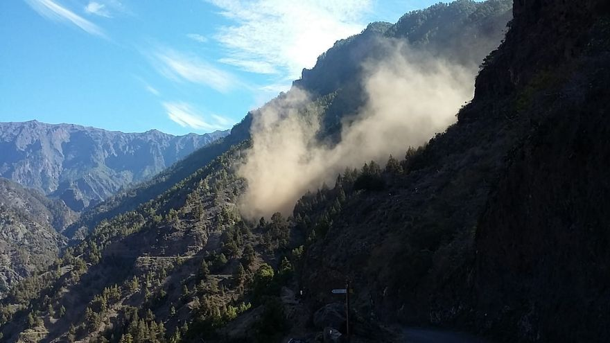 Momento en el que se inicia una de las avalanchas de tierra y rocas.
