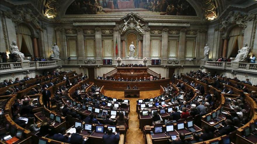 El Parlamento portugués aprueba reponer los salarios públicos y bajar una tasa especial