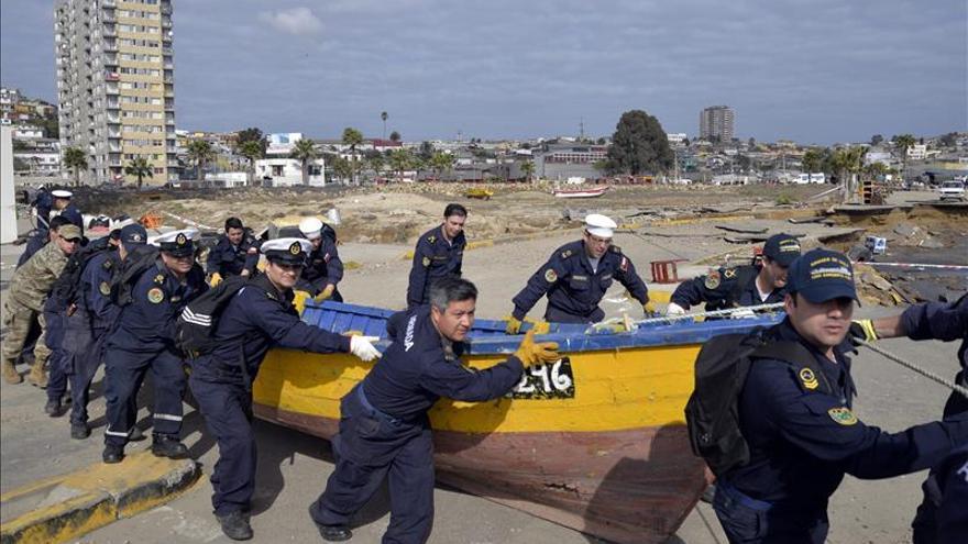 Retiran embarcaciones varadas en una ciudad azotada por el duro terremoto en Chile