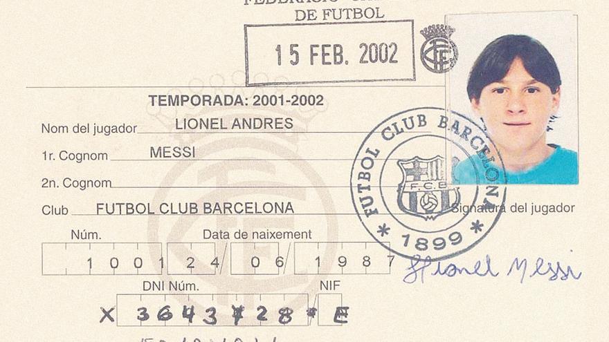 El 1001. Ese fue el número de la primera ficha federativa que tuvo Messi en España. Su firma recuerda que sólo tenía 13 años.