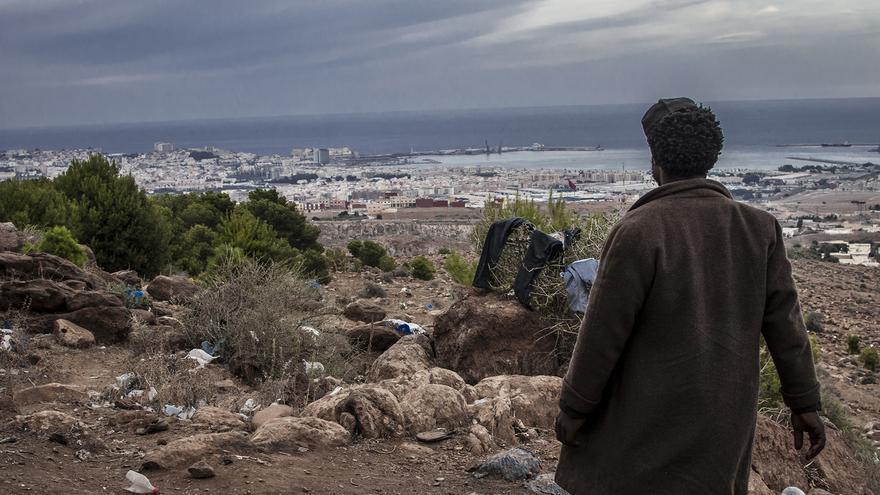 Imagen de archivo de un ciudadano subsahariano en el monte Gurugu. De fondo, Melilla./ Jesús Blasco de Avellaneda