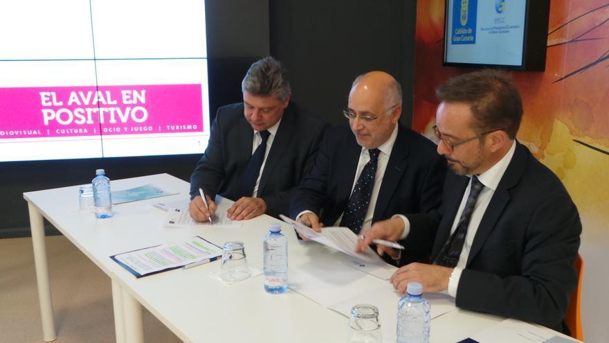 El presidente insular Antonio Morales, el consejero responsable de la Sociedad de Promoción Económica, Raúl García Brink, y el director general de Crea SGR, Rafael Lambea