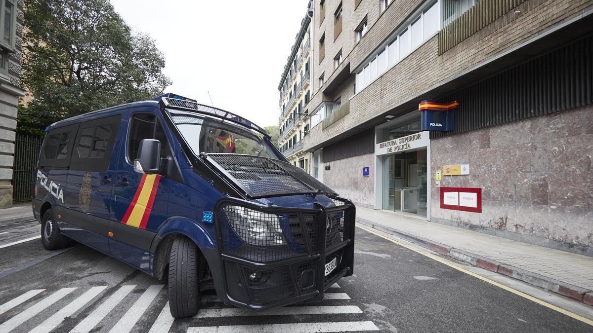 Un furgón de la Policía Nacional en la Jefatura Superior de la Policía de Pamplona.