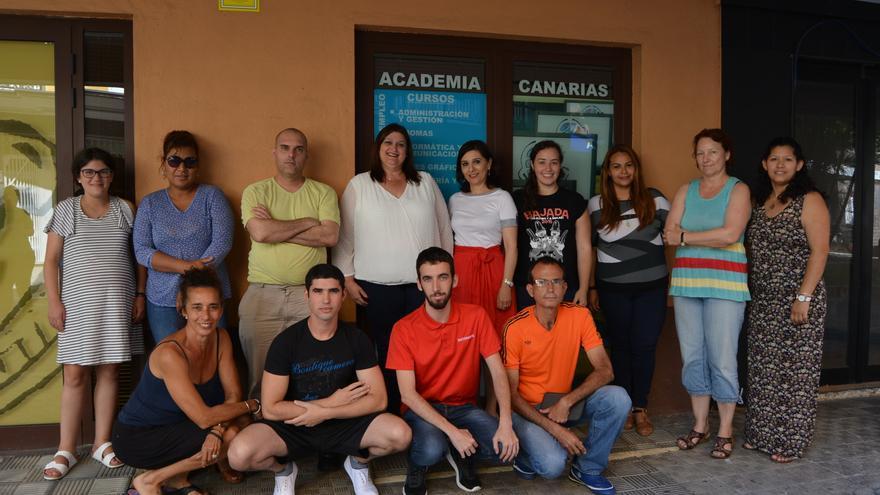 Gazmira Rodríguez con algunos de los participantes en el curso.