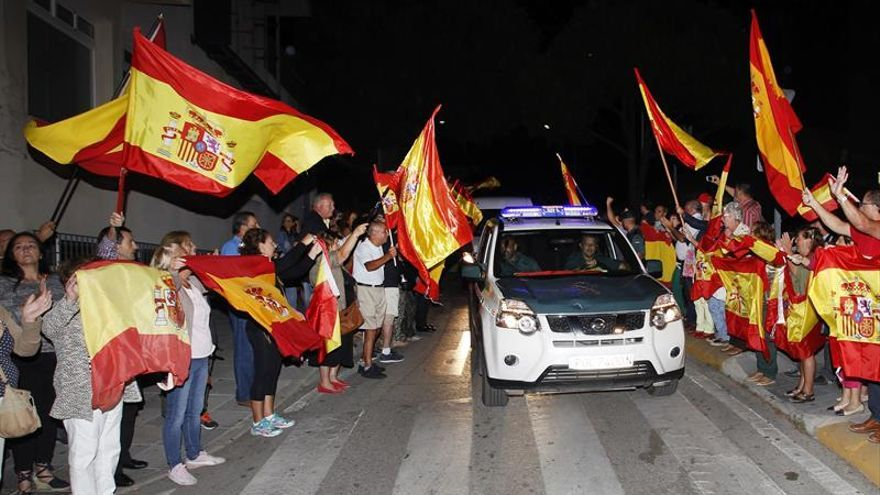 Decenas de personas despiden en Algeciras a los guardias civiles que van a Catalunya.