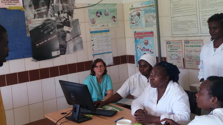 Profesionales sanitarios de uno de los centros de Camerún donde se ha instalado el software libre de GNU Health.