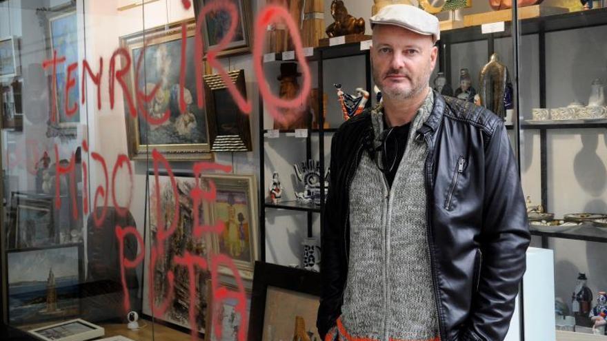 El artista que pintó la tumba de Franco, acusado de daños y desorden público