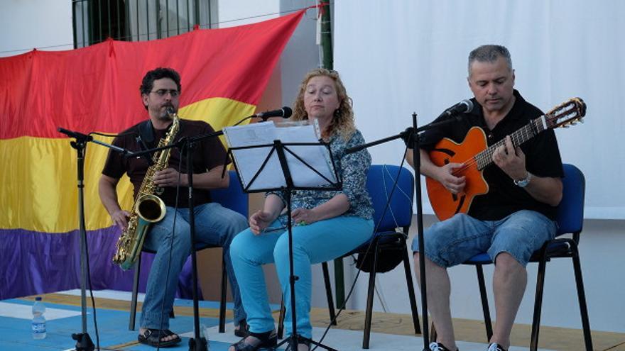 Un grupo de música, en el patio del colegio Rey Heredia. | TONI BLANCO