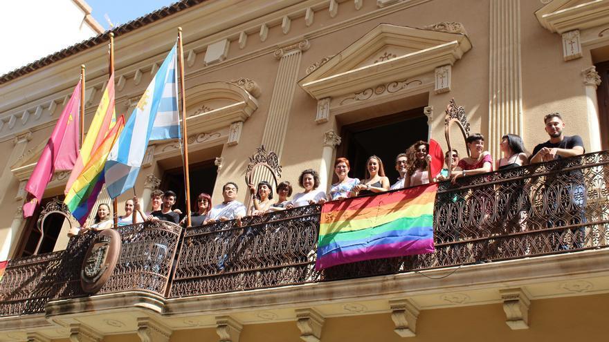 La bandera LGTBI en la fachada del Ayuntamiento de Jumilla
