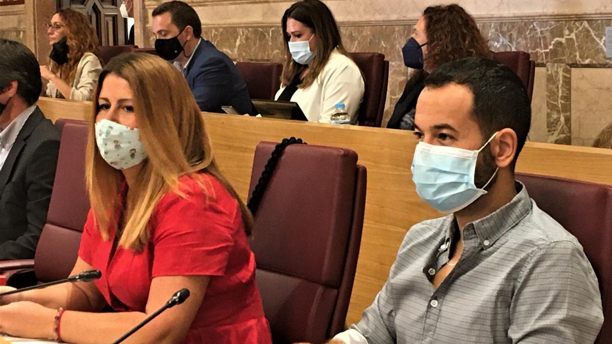 Susana Serrano y Daniel González Rojas, de Adelante Sevilla, en el pleno municipal de septiembre.