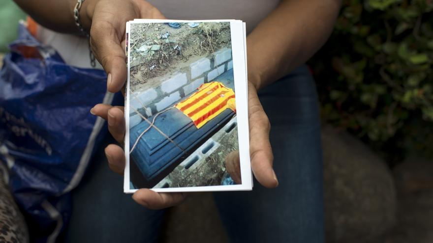 Emilia muestra la imagen del féretro de uno de sus hijos, asesinado por las pandillas en El Salvador.