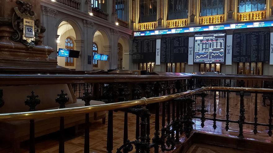 La Bolsa española se muestra indecisa e intenta afianzar los 8.900 puntos
