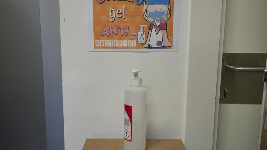 Gel desinfectante en el hall del Colegio Público Víctor Pradera en el primer día de colegio del curso escolar 2020-2021en Pamplona, Navarra (España)