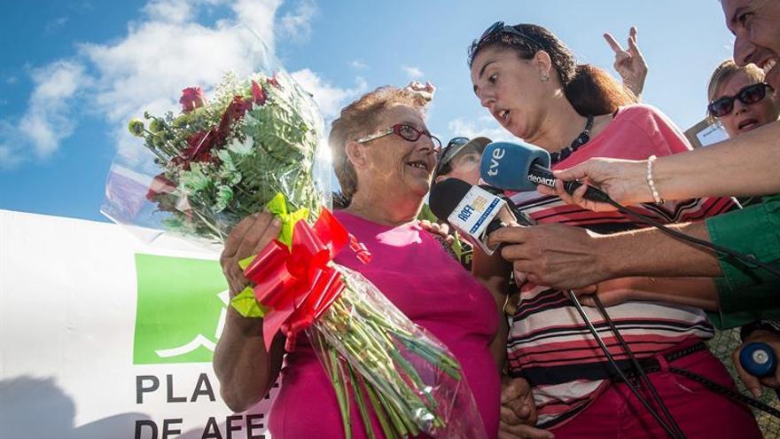 Josefa Hernández, acompañada por sus familiares, habla con los medios de comunicación a su salida del centro penitenciario de Tahíche. EFE/Javier Fuentes