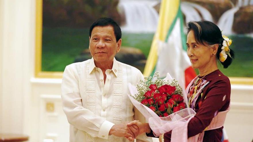 Duterte se reúne con Suu Kyi y dona 300.000 dólares para ayuda humanitaria