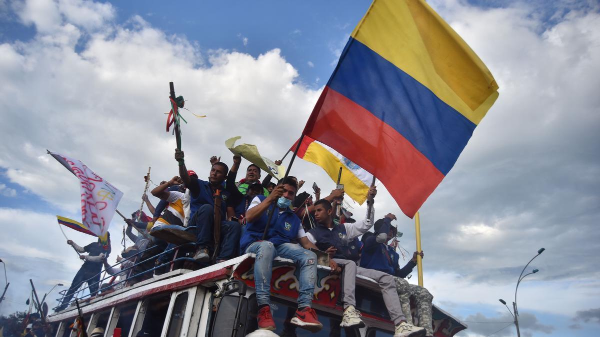 Indígenas procedentes del departamento del Cauca llegan para sumarse a las jornadas de protestas contra la reforma tributaria, en Cali (Colombia).