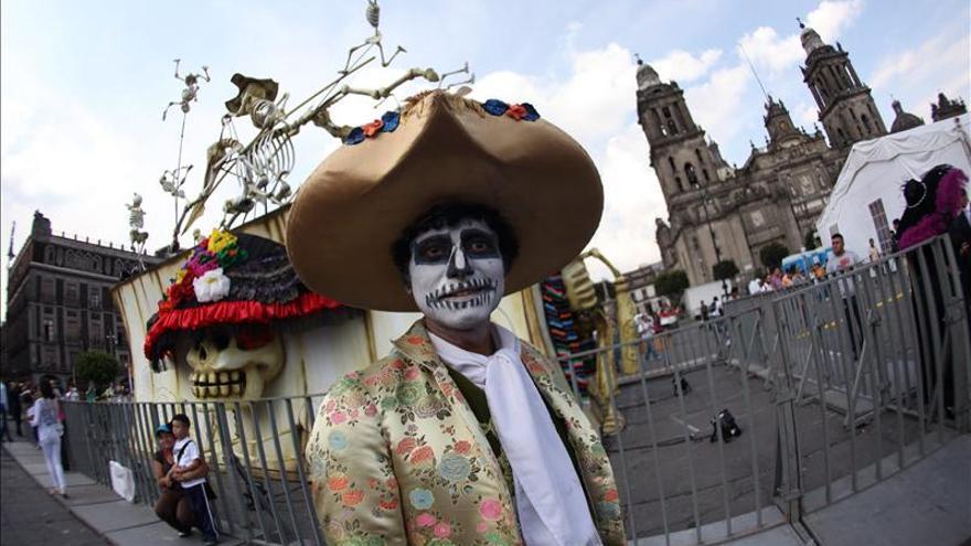 Altares vistosos y calaveras anuncian en México la llegada del Día de los Muertos