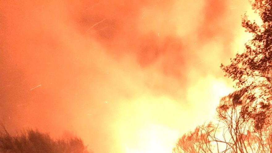 Trabajos de extinción en el incendio de Monterrei