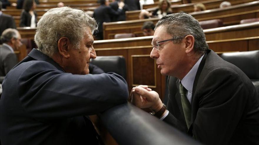 El presidente de la Cámara Baja, Jesús Posada, conversa con el ministro de Justicia, Alberto Ruiz Gallardón. / Efe