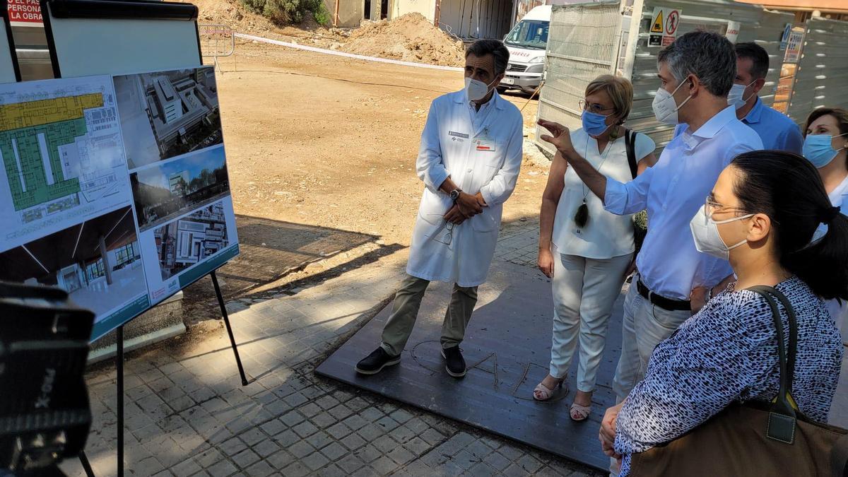 La consellera de Sanidad, Ana Barceló, en la visita a los terrenos en los que se ampliará el Clínico.