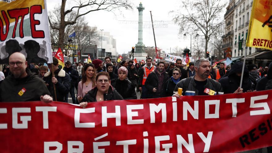 Miembros de la sección ferroviaria del sindicato 'Confederacion General del Trabajol' (CGT) participan en la manifestación contra la reforma de las pensiones cerca de la Plaza de la Bastilla en París este martes, en una jornada de huelga general contra la reforma del sistema de pensiones del gobierno francés.EFE/EPA/IAN LANGSDON