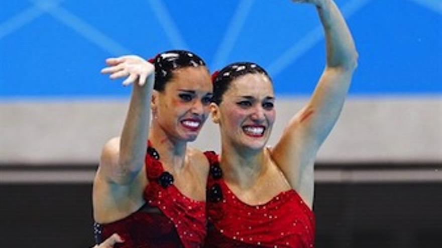 Las dos españoles, emocionadas tras conocer el resultado final. (Europa Press)