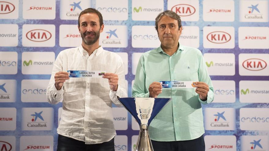 El entrenador del Laboral Kutxa Baskonia, Sito Alonso y el técnico del Herbalife Gran Canaria, Luis Casimiro durante el sorte de emparejamientos de la Supercopa.