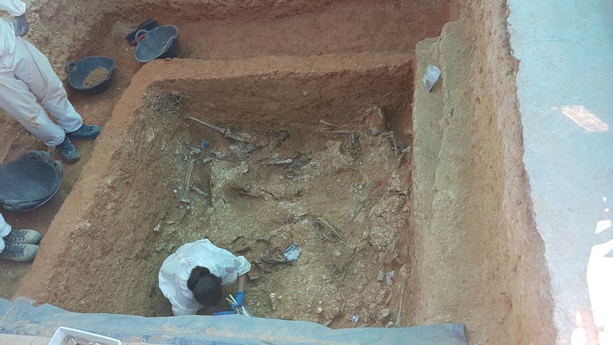 Trabajos de exhumación de la fosa 113 en el cementerio de Paterna