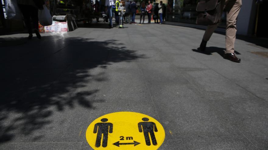 Nuevas señalizaciones en las calles de Granada al entrar en la Fase 1 de la desescalada frente al coronavirus.