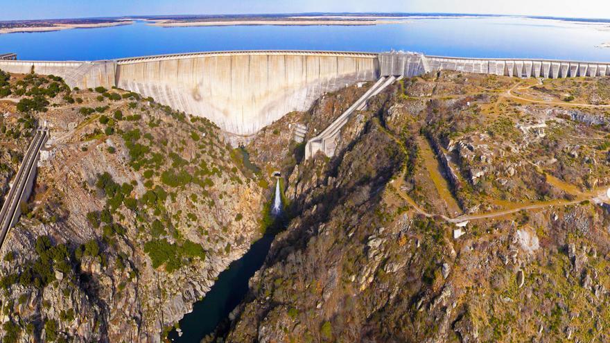 Presa de la Almendra, parte del complejo de la central hidroeléctrica de Villarino.