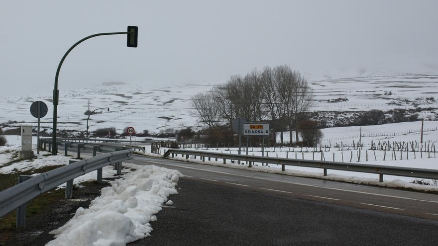 La nieve obliga a usar cadenas para circular por Alto Campoo y Estacas de Trueba