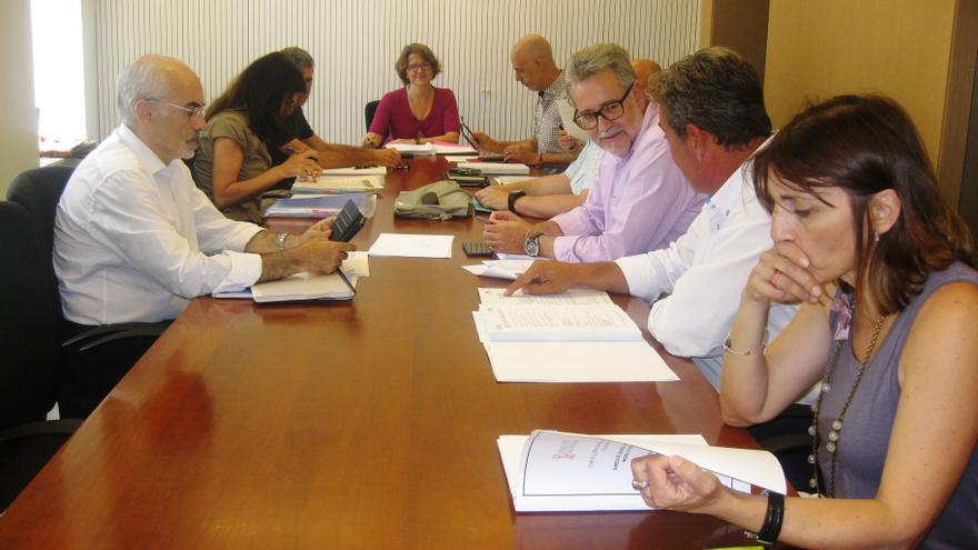 La consellera Elena Cebrián, en el centro de la imagen, presidiendo el Consejo de Administración de la EPSAR