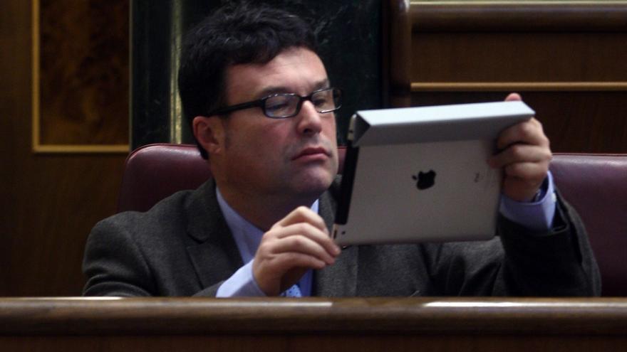 Un diputado consulta su iPad en el escaño. Foto: Europa Press