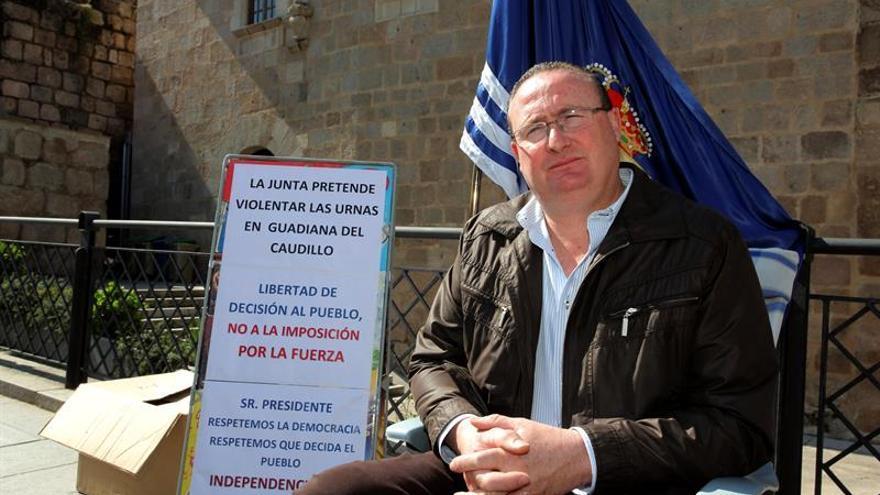 El alcalde de Guadiana del Caudillo, en una protesta a las puertas de la Presidencia de la Junta en defensa del topónimo alusivo al dictador Franco